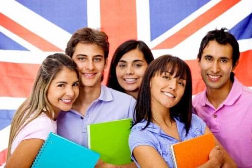 Gruppe junger Erwachsener beim Englisch lernen.